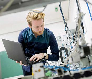 Personal certificado diagnosticando el funcionamiento de varios equipos de laboratorio