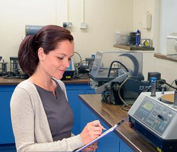 Encargada de Laboratorio haciendo lista de equipos para enviar a mantenimiento