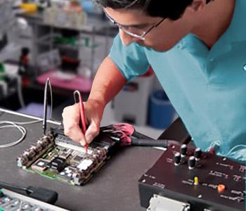 Personal autorizado realizando un mantenimiento correctivo de equipos de laboratorio