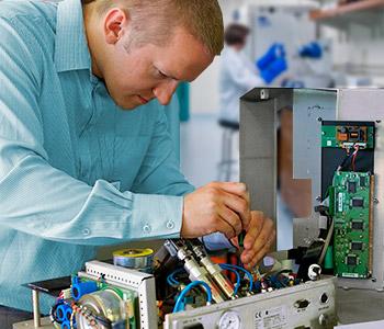 Personal realizando mantenimiento preventivo de equipos de laboratorio
