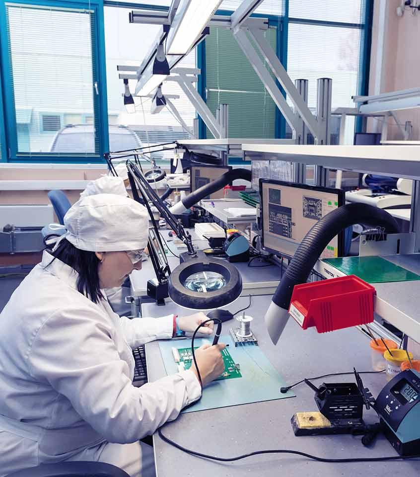 Reparando equipos de laboratorio en Comsurlab