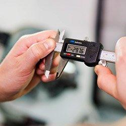 Personal del Área de Metrología realizando una calibración del Instrumento de Medición Vernier