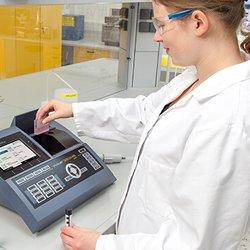 Personal acreditado trabajando en la Calibración de un Instrumento de Medición