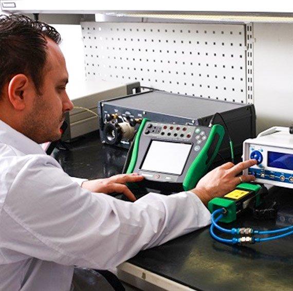 Personal trabajando en la calibración de instrumentos de medición
