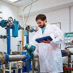 Personal acreditado trabajando en la calibración de instrumentos de medición bajo el sistema de gestión de calidad bajo la Noma ISO/IEC 17025