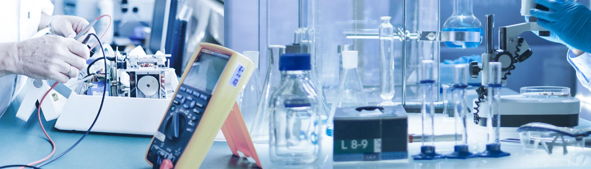 Trabajando con materiales y suministros de laboratorio en Grupo Comsurlab